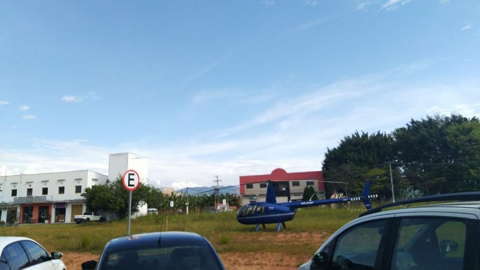 Helicóptero pousou perto da sede da prefeitura de Porto Real no fim da manhã — Foto: Redes sociais