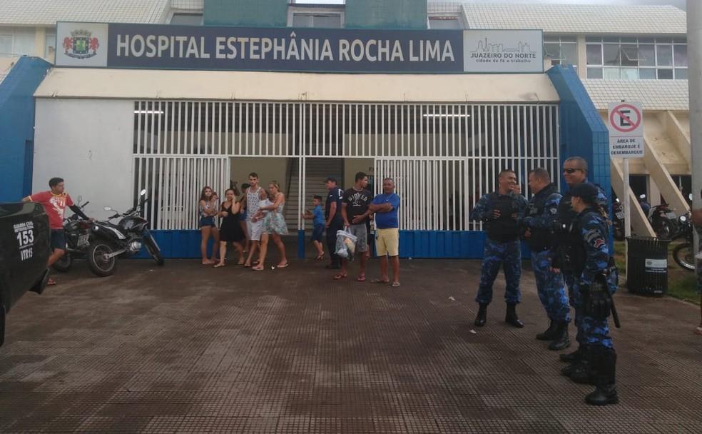Polícia foi chamada para conter os dois homens durante confusão em unidade hospitalar — Foto: Claudiana Mourato/Sistema Verdes Mares