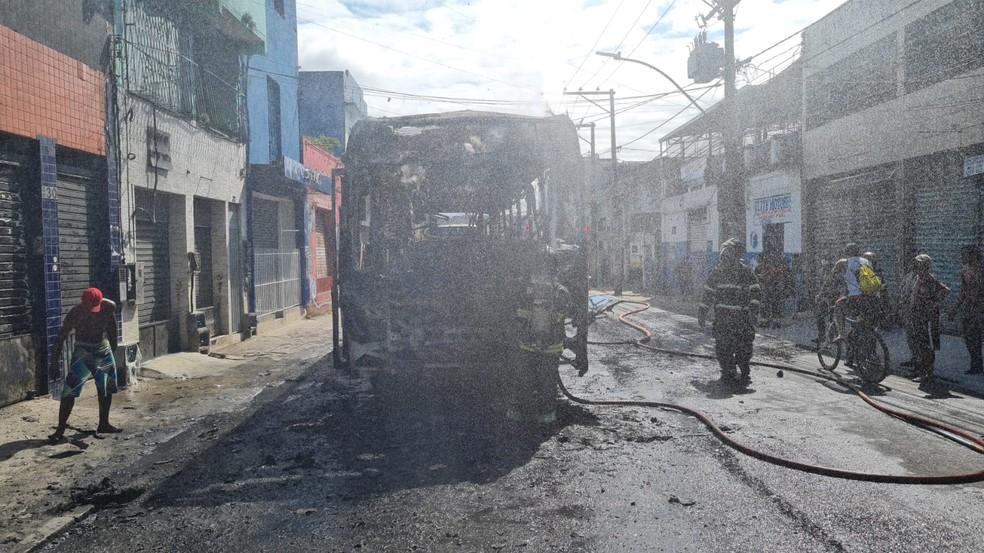 ônibus ficou destruído após ser tomado pelas chamas, em Salvador — Foto: Andrea Silva/TV Bahia