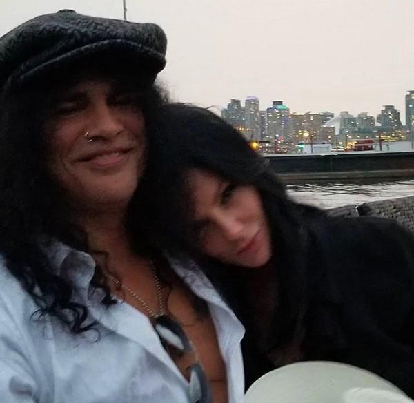 O músico Slash com a atual namorada (Foto: Instagram)