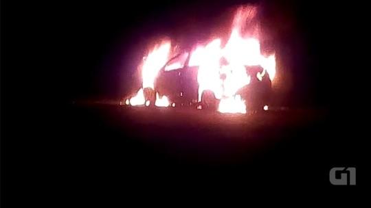 Carro pega fogo após bater em caminhão na SP-225 em Bauru