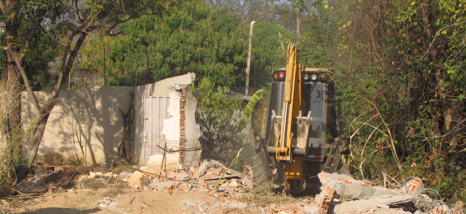 Prefeitura derruba muros e cercas de imóveis construídos em área de preservação permanente em Montes Claros - Notícias - Plantão Diário