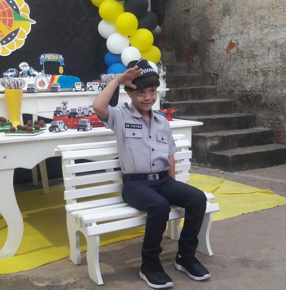 Pietro veste a farda que ganhou da PM e faz o sinal de continência. O menino realizou o sonho de ter uma roupa de policial. — Foto: Arquivo pessoal
