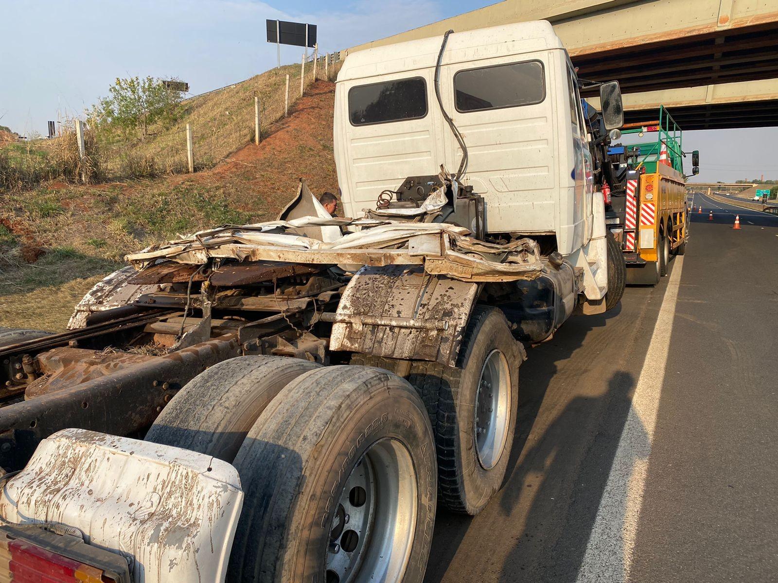Acidente com carretas interdita rodovia que liga Limeira a Piracicaba
