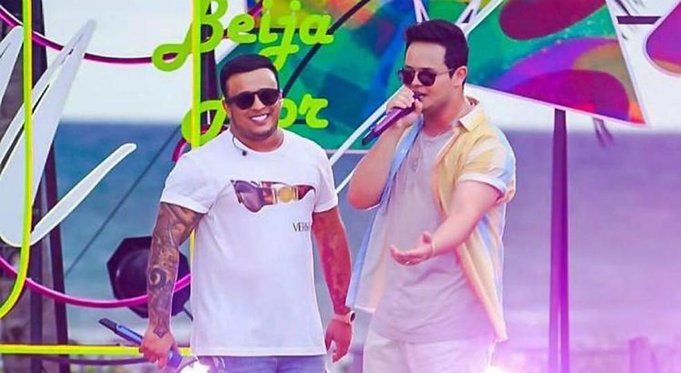 Matheus & Kauan na gravação do show 'Dez anos de praia' — Foto: Dezcarga / Divulgação