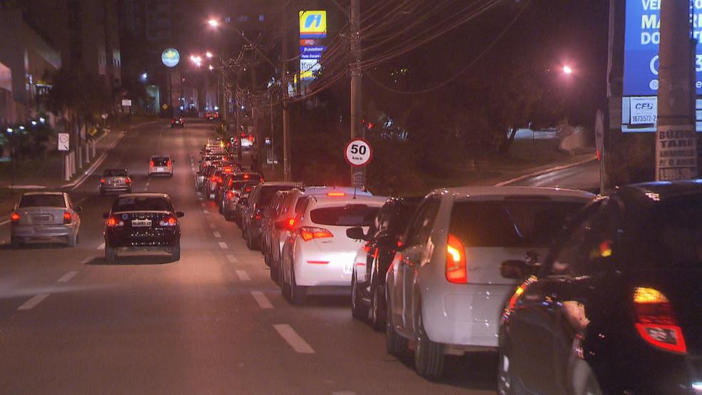 Fila de carros para abastecer em posto de combustível (Foto: Reprodução/TV Globo)