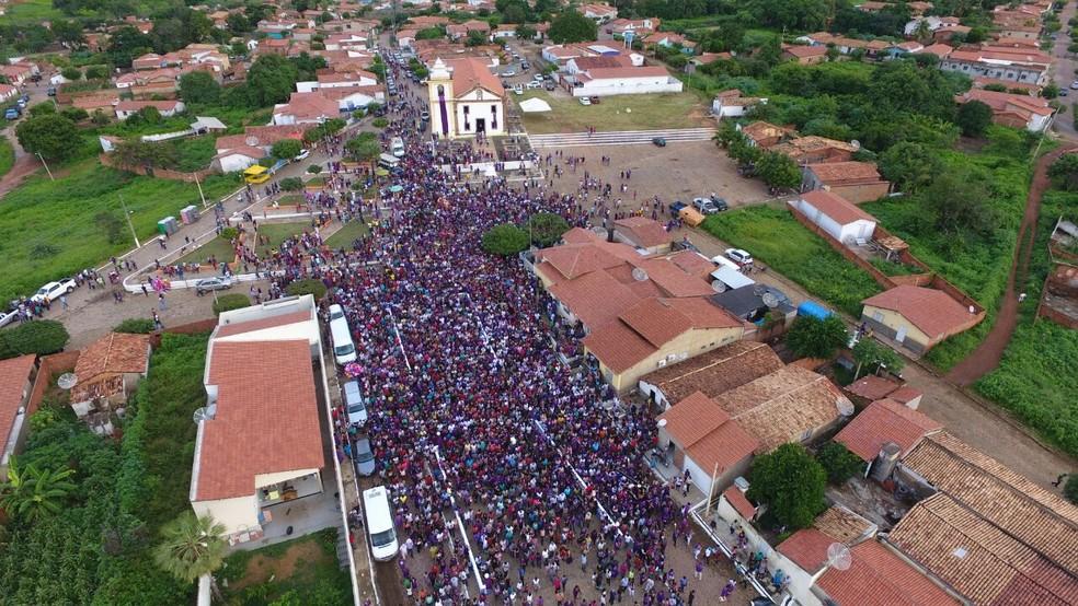 Milhares de moradores e visitantes participam de procissão de Bom Jesus dos Passos  (Foto: Magno Bonfim / TV Clube)