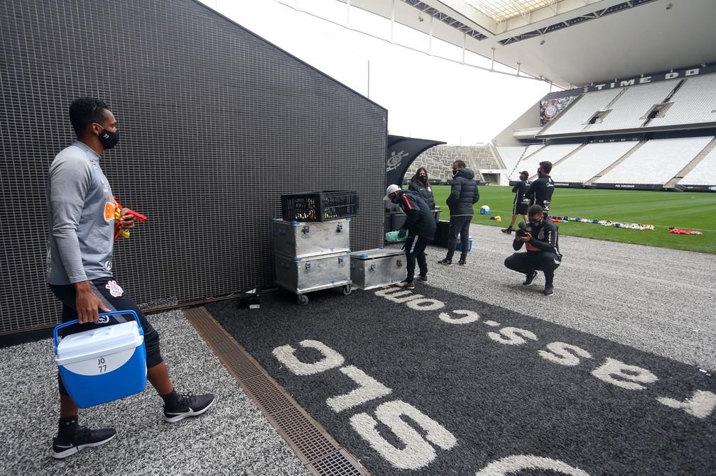Entorno do campo na Arena Corinthians é com grama sintética preta e branca — Foto: Rodrigo Coca/Ag.Corinthians
