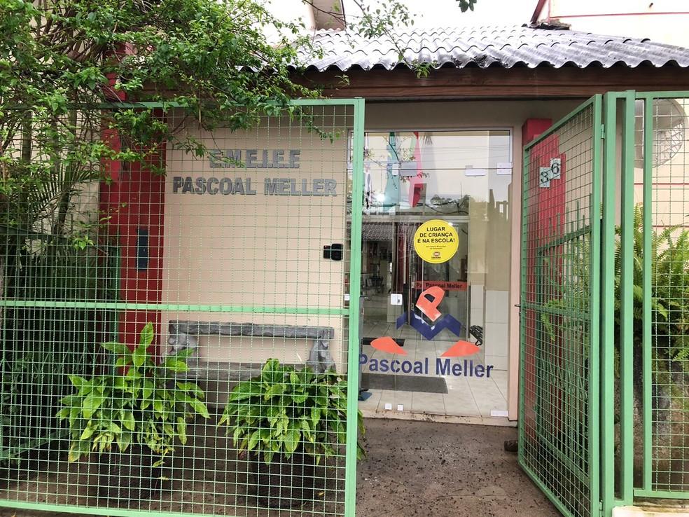 videoclipe da canção foi apresentado em uma aula de artes na Escola Municipal Pascoal Meller, na terça-feira (24), em uma sala do 9º ano de ensino — Foto: Poliana Rodrigues/NSC TV