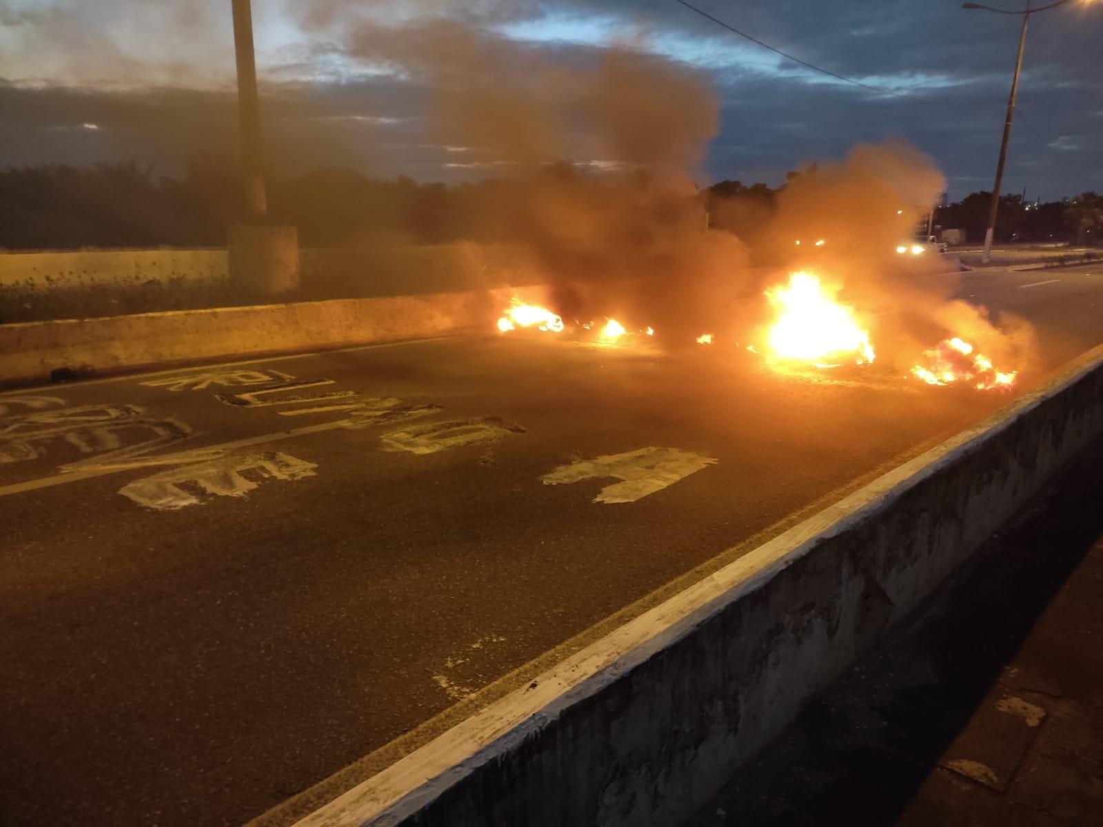 Ponte de Igapó é bloqueada com fogo em pneus em Natal