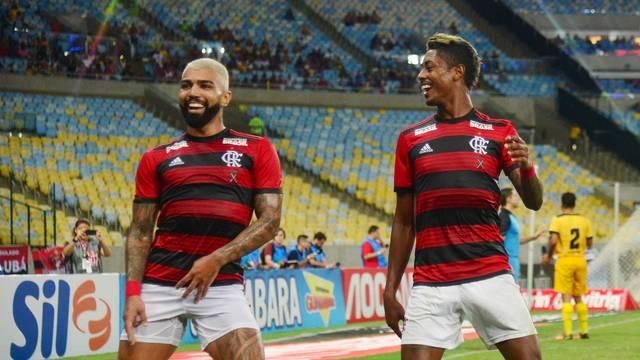 Gabriel e Bruno Henrique comemoram o gol do Flamengo contra o Madureira