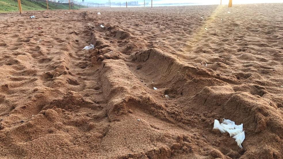 Sacos e copos plásticos foram vistos em toda a extensão da praia de Jardim de Alah, em Salvador — Foto: Danilo Ribeiro/TV Bahia