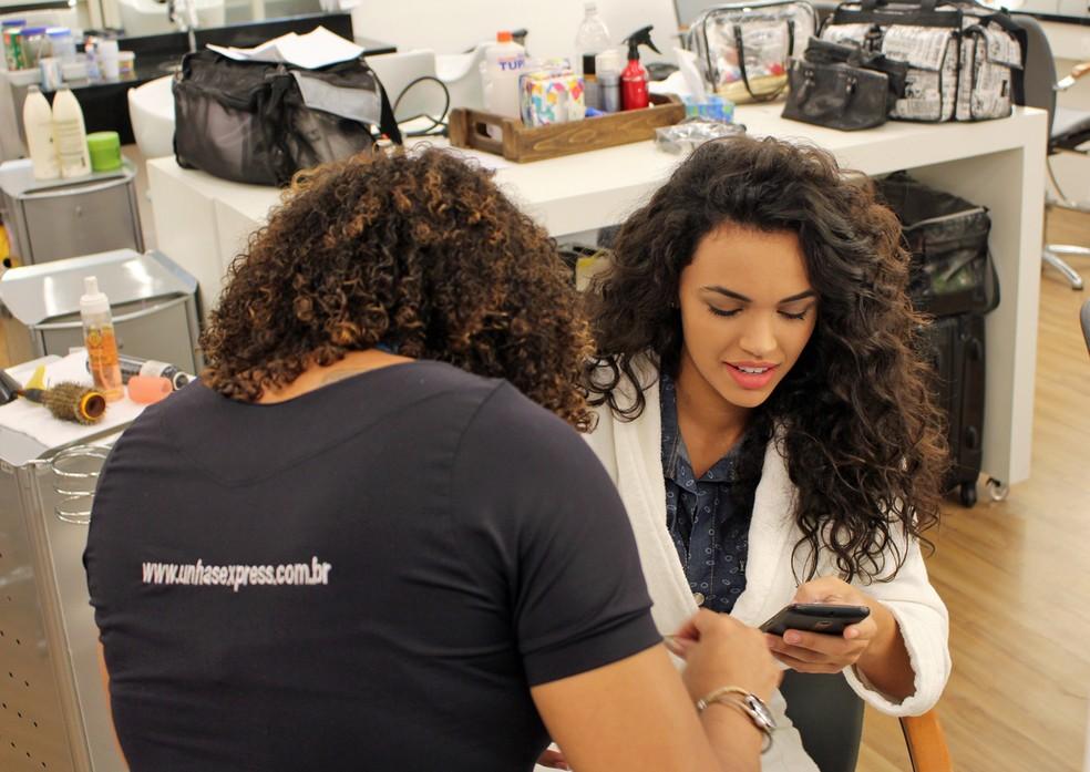 Giovana Cordeiro faz as unhas antes de gravar (Foto: TV Globo)