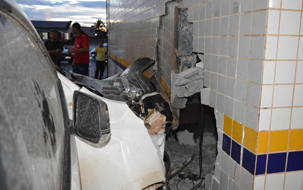 Carro destruiu muro de posto de combustíveis (Foto: Edivaldo Braga/Blogbraga)