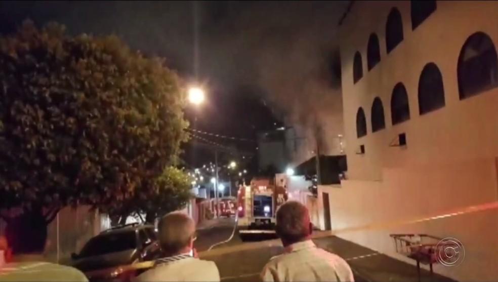 Incêndio destruiu mezanino de loja maçônica e São José do Rio Preto — Foto: Reprodução/TV TEM