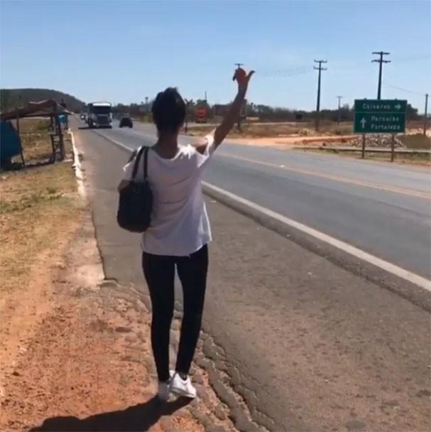 Paula Fernandes pede carona em estrada do Piauí (Foto: Reprodução/Instagram)