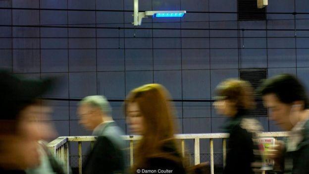 A descoberta de que a luz azul pode realmente reduzir o índice de suicídios é, no entanto, controversa (Foto: DAMON COULTER/BBC)
