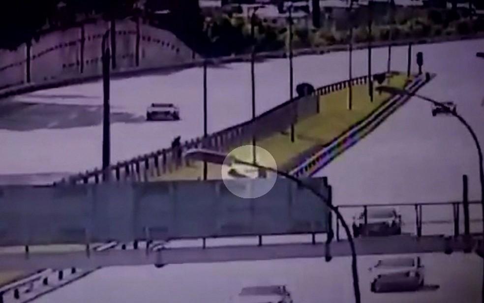 Vídeo mostra PM atirando em suspeito no canteiro central da Rodovia Castello Branco — Foto: TV Globo/Reprodução