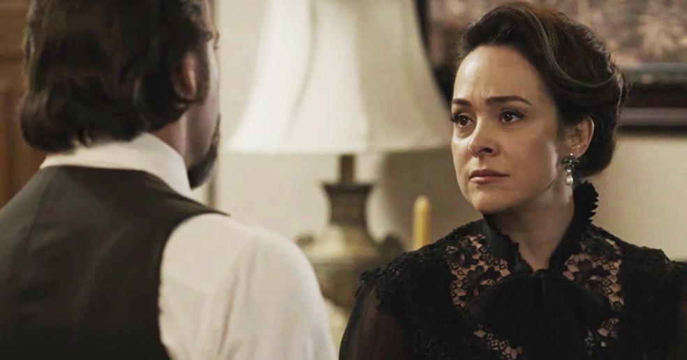 Sempre que está com Aurélio, Julieta consegue ser sincera sobre seus sentimentos  (Foto: TV Globo)