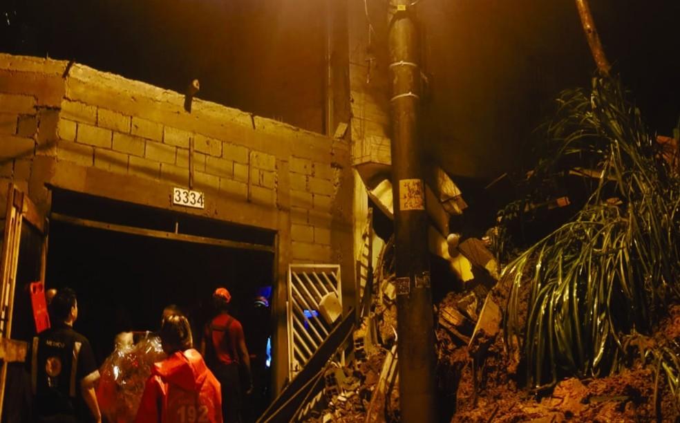 Bombeiros fazem buscas por vítimas de desabamento em Mauá, na Grande SP, na madrugada deste domingo (17) — Foto: Reprodução/Twitter/BombeirosPMESP