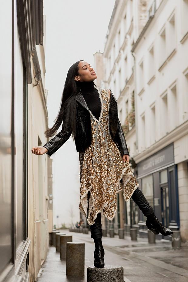 Nos arredores do Hotel Madison, em Paris, Aleali veste look da coleção Cruise 2018 da Louis Vuitton (Foto: .)
