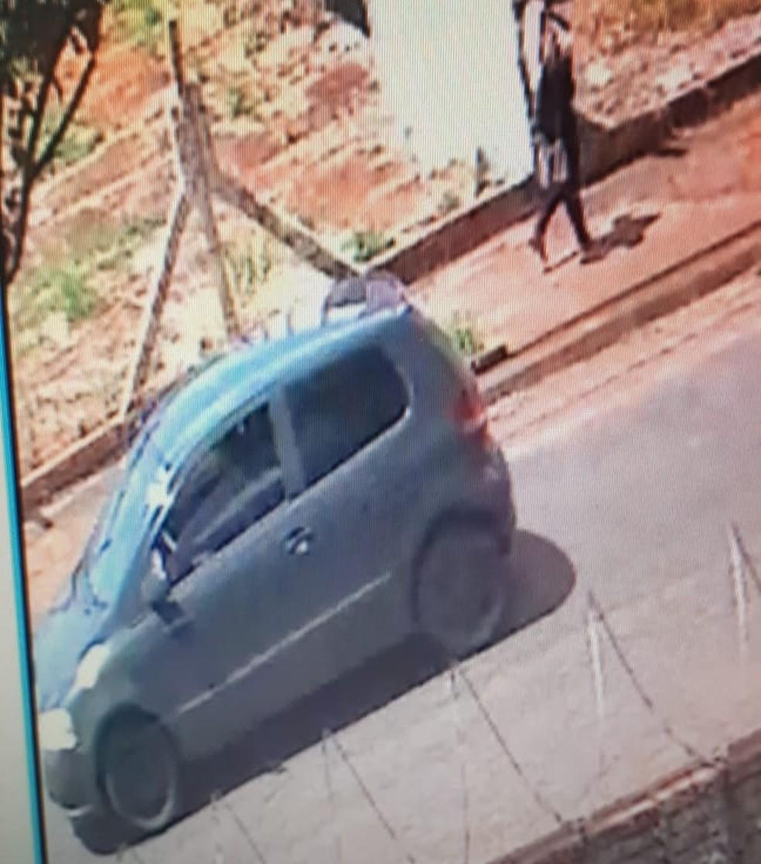 Imagens do circuito de segurança mostram a vítima se aproximando e entrando no carro do suspeito em Jaú  — Foto: Imagens cedidas / Polícia Civil
