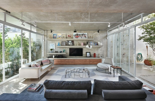 Décor do dia: concreto e muita luz natural na sala de estar (Foto: Edson Ferreira/Divulgação)