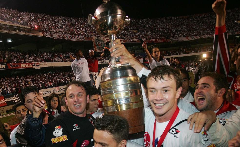 Ceni e Lugano com o troféu da Libertadores em 2005 — Foto: Alex Silva/Estadão Conteúdo