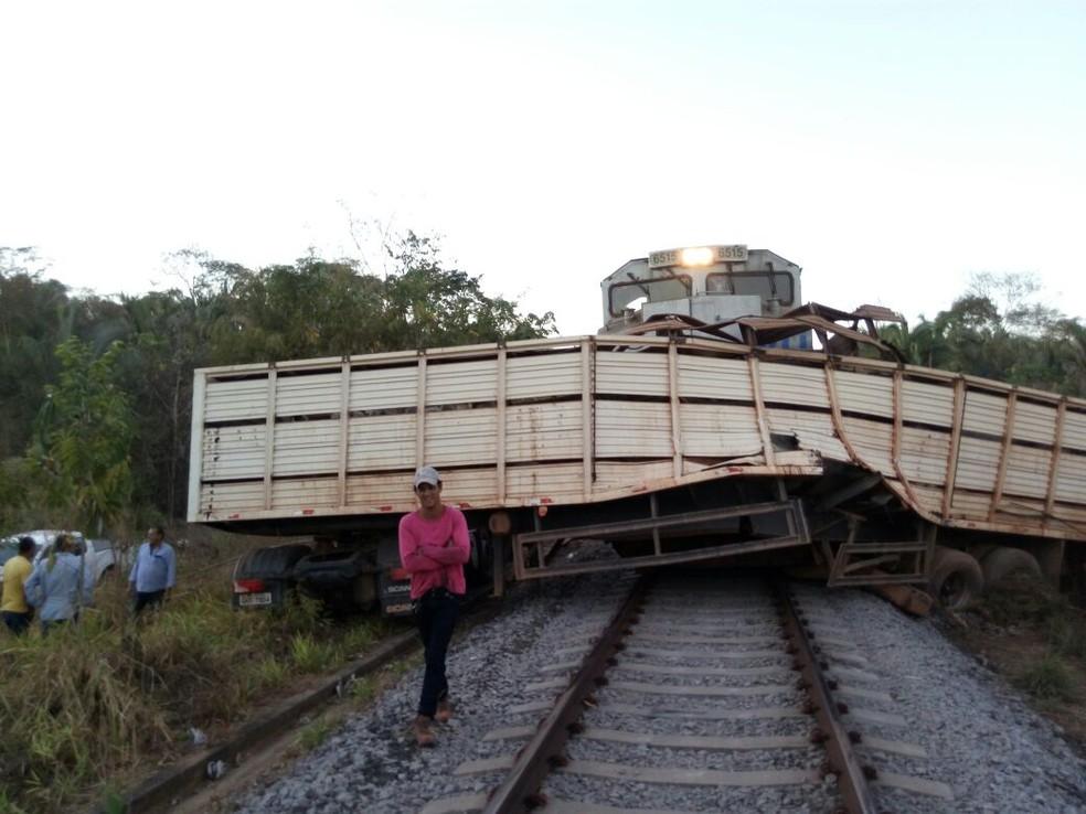 Caminhão e trem bateram na ferrovia Norte-Sul (Foto: Divulgação)