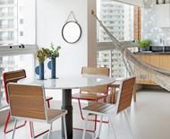 7 ideias de mesas em varandas de diferentes metragens