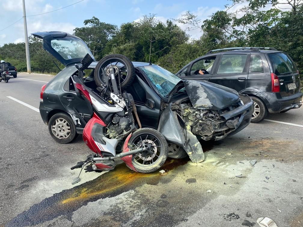 Motorista perde o controle do carro, bate em poste e colide em moto em Paramirim — Foto: Kléber Teixeira/Inter TV Cabugi
