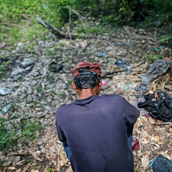 MEMÓRIAS Um sobrevivente volta ao local da chacina oito meses depois. Pertences dos colegas mortos continuam ali (Foto: Adriano Machado/Época)