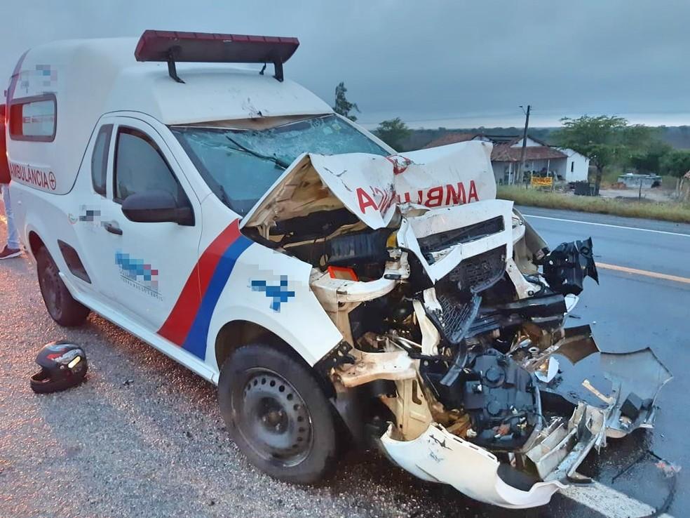 Parte da ambulância ficou destruída após colidir com moto em São Caetano — Foto: PRF/Divulgação