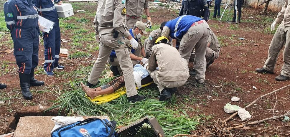 Mulher foi socorrida pelos bombeiros e levada para um hospital de Londrina — Foto: Guarda Municipal/Divulgação