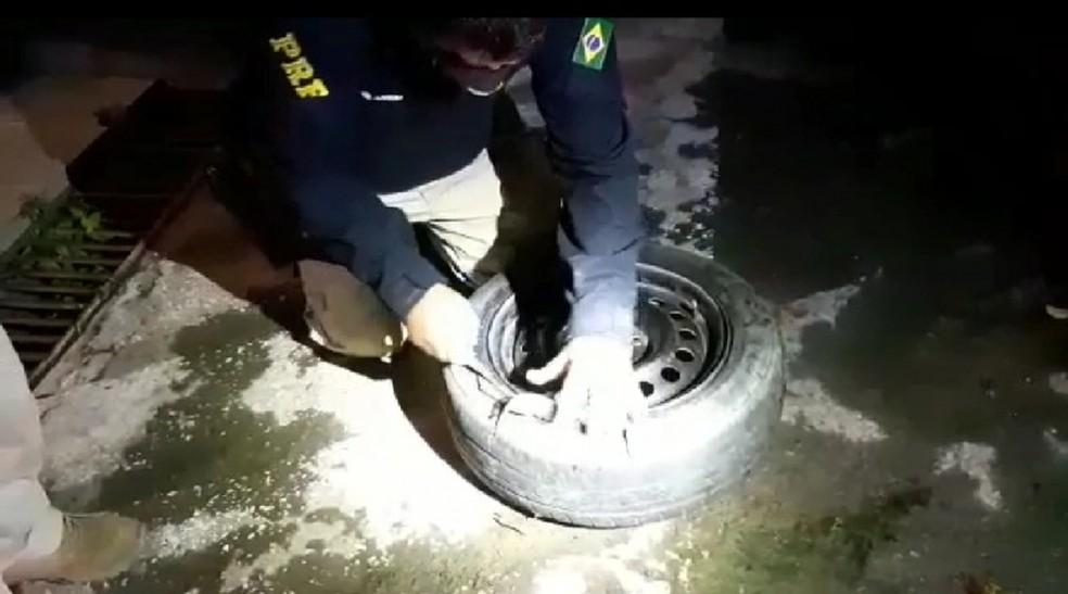 Droga estava escondida na porta, atrás do banco e no pneu estepe — Foto: Divulgação/PRF
