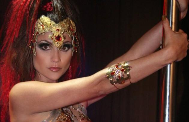 Em 'Duas caras', Alzira (Flávia Alessandra) começou a novela se passando por enfermeira, mas, à noite, fazia performances no pole-dance de um bar, onde se apresentava como 'A Outra', usando uma máscara para esconder o rosto (Foto: TV Globo)