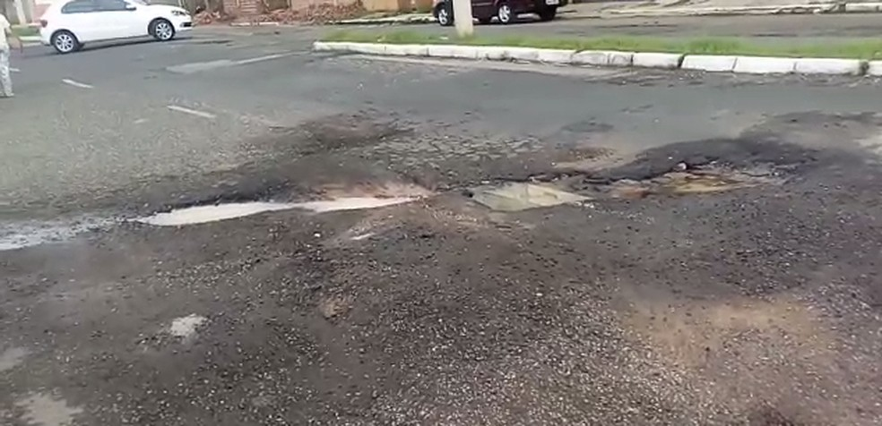 Moradores informaram que buracos causaram a queda (Foto: Itana Silva/Arquivo pessoal)
