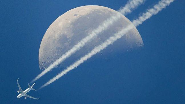A lua, em minguante, no céu de Genebra, Suíça (Foto: Valentin Flauraud / EPA / EFE)