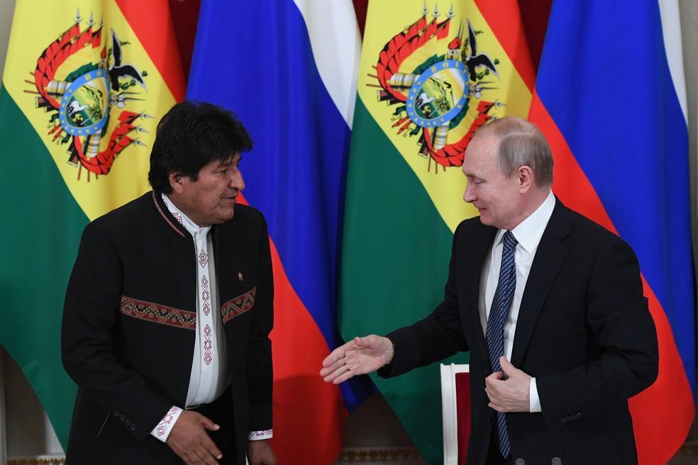 O presidente russo, Vladimir Putin, e seu colega boliviano, Evo Morales, cumprimentam-se durante o encontro no Kremlin em Moscou, na Rússia, na última quinta-feira (11) — Foto: Kirill Kudryavtsev/AFP