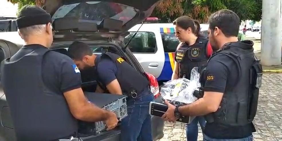 Operação apreendeu documentos e computadores  (Foto: Polícia Civil/Divulgação)