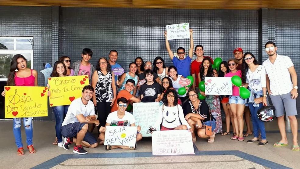 Amigos e familiares de Breno Seade esperaram ele no aeroporto de Santarém  (Foto: Reprodução/Facebook/Breno SD)
