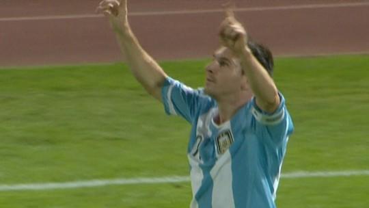 Por cima, por baixo, ao lado... Confira o raio-x de todos os 50 gols de falta de Messi na carreira