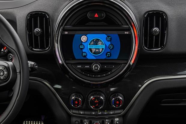 Central multimídia é sensível ao toque e tem comandos no console (Foto: Divulgação)