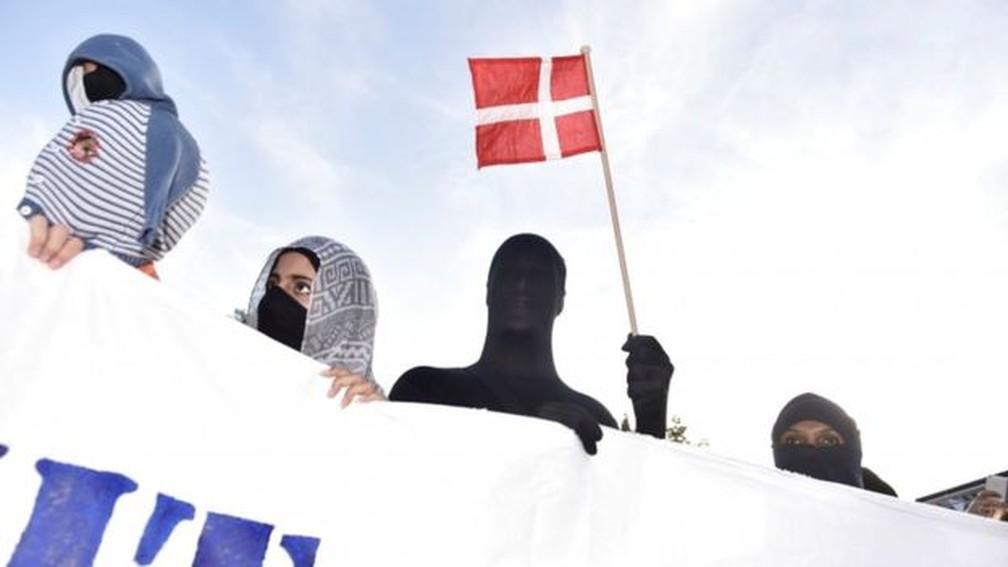 Manifestantes em protesto contra a proibição do véu islâmico na Dinamarca: nova proposta envolvendo muçulmanos causa polêmica — Foto: Reuters