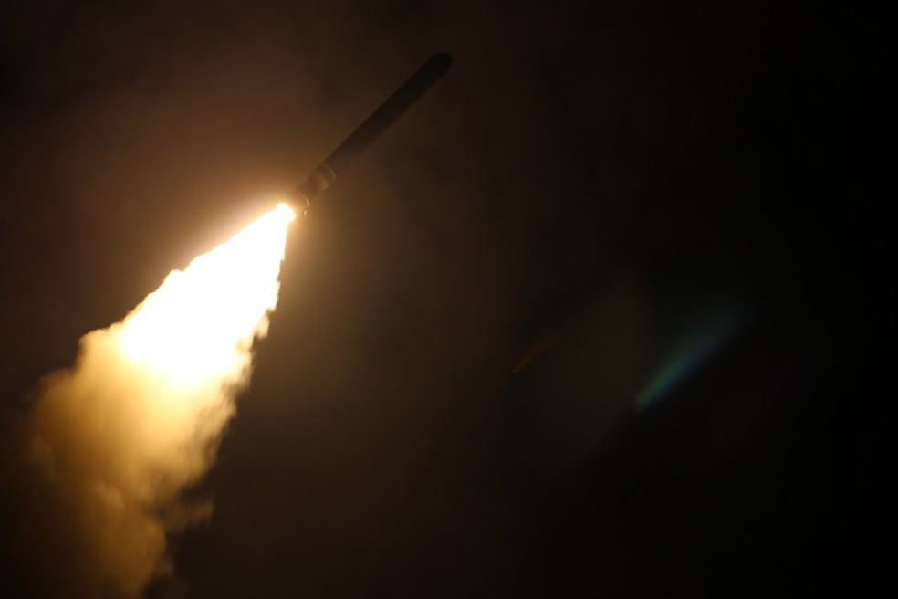-  Foguete Tomahawk disparado por navio norte-americano em ataque a alvos na Síria  Foto: Lt. j.g. Matthew Daniels/U.S. Navy via AP