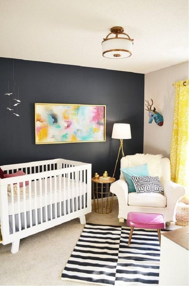 A parede preta é balanceada pelo mobiliado branco (Foto: Pinterest)