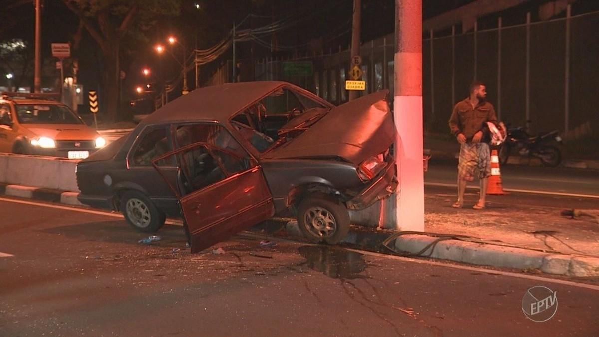 Motorista perde controle de veículo, atinge poste em avenida e dois ficam feridos em Campinas