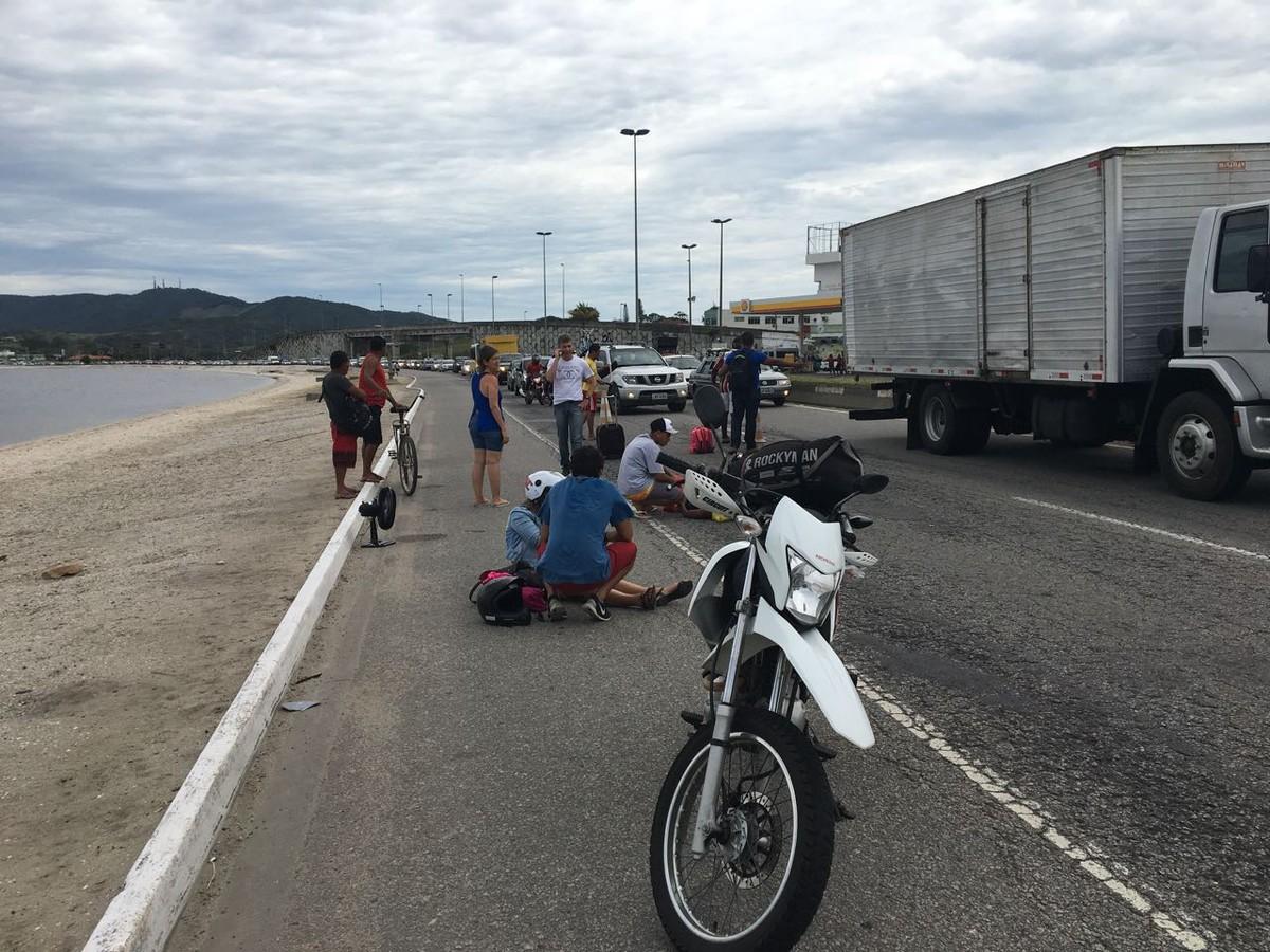 Mulher fica ferida após ser atropelada por moto na RJ-140 em São Pedro da Aldeia, no RJ