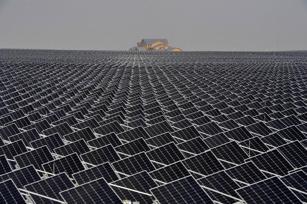 Painéis de energia solar cobrem campo de Yinchuan, na região autônoma de Ningxia Hui, na China — Foto: Reuters/Stringer