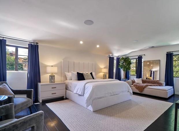 O branco e o azul estão na maioria dos cômodos da casa (Foto: The Agency)